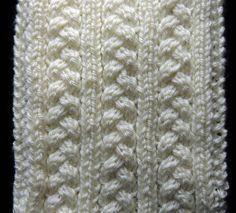 Bello tejido en dos agujas formado trenzas en el cuerpo del diseño