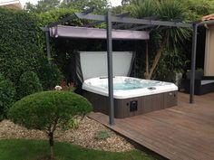 Jacuzzi® - Les Jardins d'Olivier - Paysagiste - Spa Jacuzzi® Gamme J-400™ semi-encastré dans une terrasse en bois