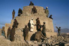 Rebuilding a Kiln in Kandahar, Afghanistan, Steve McCurry Photos Du, Great Photos, Nepal, Steve Mccurry Photos, Vivre A New York, Pakistan, World Press Photo, Eastman House, Afghan Girl