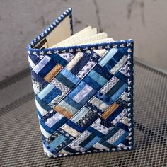 Buchjacke 6 - Diy and Crafts - Diy und Bastelt Ideen 2019 - Bucher Small Sewing Projects, Sewing Hacks, Sewing Crafts, Fabric Book Covers, Denim Crafts, Fabric Journals, Book Quilt, Bookbinding, Machine Quilting