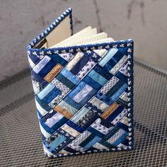 Anleitung für eine Buchhülle geschrieben.  Ideal um  kleine Stoffreste zu verarbeiten.  Größe: ca. A5