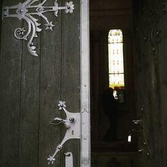 Do Rakovskeho mauzolea rodiny Rakowszkych pribudli okrem vitraze aj restaurovane vstupne dvere. #oknaobnovy #dvereobnovy #nasaobnova #rakovo #turiec #vitraz #neogothic  #mauzoleum #heritagelover