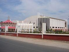 #magiaswiat #puthaparthi #podróż #zwiedzanie #indie #blog #indie #rzekaczitrawati #salamedytacyjna #szpital #posagibogów #wioska Opera House, Indie, Building, Blog, Travel, Viajes, Buildings, Blogging, Destinations