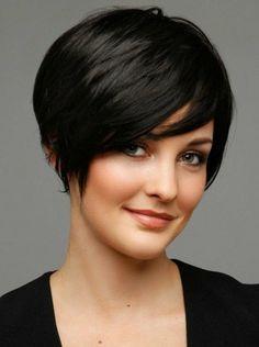 coiffure courte femme aux cheveux noirs,femme aux yeux verts, coupe de cheveux…