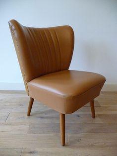 Vintage coctailstoel, fauteuil uit jaren '50.  Cognackleurige skai zitting en houten pootjes. De stoel is in uitstekende vintage conditie, geen noemenswaardige beschadigingen of vlekken.  Afmetingen: h 78 x b 62 x d 68 cm. Zithoogte 40 cm.  Vintage fifties coctail chair.   www.vanoudedingen.nl