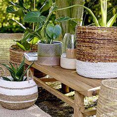 Gemütlich und einladend sollte Dein Balkon oder Deine Terrasse wirken. Um ein heimisches und zeitgleich edles Ambiente zu schaffen, eignen sich die Tische und Bänke aus Bambus, z.B. von Speedtsberg. Als dekorative Ablagefläche für Dein Lieblingsbuch, Deine Teekannen oder einen sommerlich leichten Snack auf einem rustikalen Holzbrett. Weitere zierliche Beistelltische aus Metall findest Du von AU Maison.