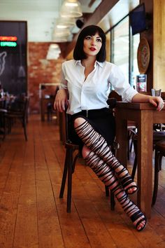 strappy gladiatord heels can be buisness proffessional  / #streetstyle / #MIZUstyle