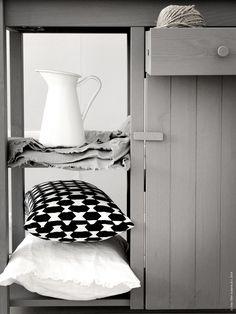 Det rejäla sidobordet OLOFSTORP ser ut att vara sprunget ur en klassisk arbetsbänk. En snygg förvaringsmöbel gjord i massiv furu med en vacker grålaserad nyans och svartlaserad skiva. Härlig materialkänsla och vackra dörrar med pärlspont gör bordet till en favorit bland nyheterna.