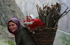 Hardworking mother of northern Pakistan but ensuring that her baby is with her. A mother's love is unmatchable. We Are The World, People Around The World, Around The Worlds, Life Is Beautiful, Beautiful People, Beautiful Pictures, Women Rights, Working People, Women Life