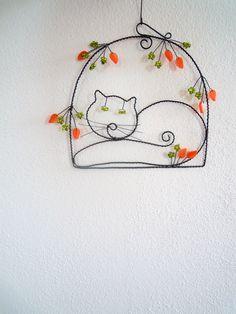 Spokojená Micka Drátovaná dekorace z černého vázacího drátu, dozdobená skleněnými oranžovými lístečky a zelenými skleněnými korálky. Můžete zavěsit na zeď do dětského pokojíku nebo nad kočičí pelíšek......... Velikost obrázku :17 cm x 17 cm