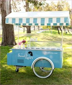 Ice-cream cart at a summer party.a kid's (of all ages) dream come true! I had no clue that you can rent these. Ice Cream Stand, Ice Cream Cart, Ice Cream Parlor, Bike Food, Haloween Party, Candy Cart, Food Truck Design, Food Stands, Dessert Bars