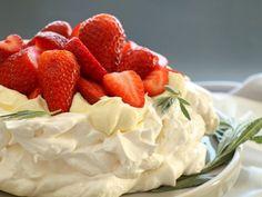 Reteta culinara Pavlova cu crema de vanilie si capsuni din Carte de bucate, Dulciuri. Specific Romania. Cum sa faci Pavlova cu crema de vanilie si capsuni