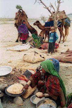 AFGHAN   KOCHI nomads cook their food in Jalalabad, Afghanistan [Bangash Khan]کوچيان په انځورونو کې