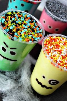 Monster Pudding Cup - Bright, fun monster theme for Halloween or monster birthday party. This is a fun monster pudding cup treat that your kids will love to help out with. Works with mini cups and cup cakes as favors. Fete Halloween, Halloween Goodies, Halloween Birthday, Holidays Halloween, Halloween Treats, Happy Halloween, Halloween Makeup, Halloween Decorations, Birthday Ideas