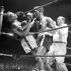 """Durante un combate por el título de campeón del mundo, el boxeador Émile Griffith, se puso como loco en la ronda 12, asestando 17 golpes en cinco segundos a su adversario, Benny Paret, quien permaneció 10 días en coma antes de morir. Paret había llamado a Griffith """"maricón"""", poco antes del combate por su bisexualidad. El árbitro fue suspendido, las autoridades le reprocharon que no hubiera intervenido. #griffith #emile #boxeo…"""