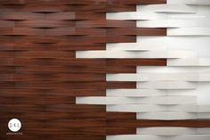 Detalle en muro con paneles de madera, recepción oficinas Aris. // Diseño: S-XL Aquitectos