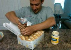 19 April Fool's Day Pranks You Can Easily Make YourselfGet some donuts and fill with mayonnaise or something and watch them eat them delish donuts Best April Fools Pranks, April Fools Day, Good Pranks, Funny Pranks, Awesome Pranks, Funniest Pranks, Funny Texts, O Bobo, Evil Pranks