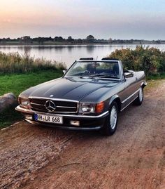 Mercedes-Benz 450 SL & automobiles were produced from 1971 through 1989 and were described by many as one of the best looking cars Mercedes-Benz produced to date, being the second longest single series ever produced by the automaker, after the G-Class. Mercedes Auto, Mercedes Benz Amg, Mercedes Cabrio, Old Mercedes, Benz Car, Classic Mercedes Benz, Fancy Cars, Cute Cars, Retro Cars