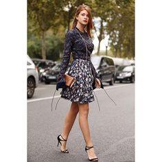 """Dior ✨ Foto: @leofaria Usar um vestido da Alta Costura da Dior é um verdadeiro sonho. Christian Dior começou sua marca em 1947 e ficou famoso pela feminilidade e arquitetura de seus looks. Até hoje o ateliê da Alta Costura fica no número 30 da Avenue Montaigne, em Paris, em cima da loja da marca. Lá ficam as """"abelhinhas"""", como ele chamava suas costureiras, sempre concentradas no trabalho artesanal. Um vestido Alta Costura é 100% sob medida e eles exigem 3 provas no mínimo para finalizarem a…"""