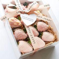Valentines Gift Box, Valentine Desserts, Valentine Chocolate, Chocolate Hearts, Cute Desserts, Chocolate Covered Treats, Chocolate Dipped Strawberries, Strawberry Box, Dessert Boxes