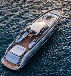 The Ferretti Group have created a yacht called the Riva 88 Florida that is inspired by convertible cars. The yacht has a retractable roof, which essentially makes the vessel two different styles of yacht rolled into one. Yacht Design, Boat Design, Super Yachts, Yacht Boat, Yacht Club, Riva Boot, Riva Yachts, Sports Nautiques, Mc Laren