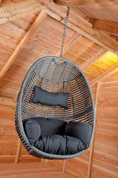 Relaxen? Deze trendy hangende wicker schommelstoel hangt u in een dikke boom in de tuin of onder uw houten terrasoverkapping. Deze fraaie hangstoel wordt geleverd inclusief  kussen, neksteun en ophangketting. Deze hangstoel is ook verkrijgbaar met aluminium frame voor het ophangen. Gadero productnummer: DE29010