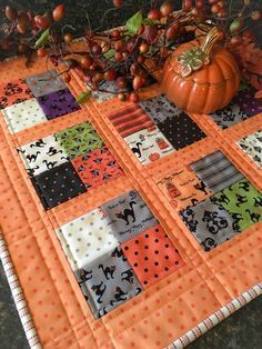 Sewing Quilts Spooky Delight mini quilt by Carried Away Quilting. - Carried Away Quilting sews a Coffee Time Quilt in Spooky Delight Halloween fabric (Moda) from Lou Lou's Fabric Shop. Halloween Quilts, Halloween Quilt Patterns, Halloween Placemats, Halloween Fabric Crafts, Halloween Sewing Projects, Holiday Quilt Patterns, Halloween Applique, Colchas Quilt, Quilt Blocks