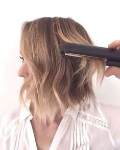 4 Hair Strategies For Modern, Girl Waves After you curl your hair, you use a tapping motion while going over it with a flat iron. This will help loosen 'em up an effortless vibe! This new tutorial will give you chic wavy hair like Lauren Conrad and Ashl Flat Iron Short Hair, Curling Hair With Flat Iron, How To Curl Hair With Flat Iron, Curling Iron, Curling Short Hair, Curls With Flat Iron, Wavy Hair With Straightener, Curling Wand Tips, Beach Waves For Short Hair