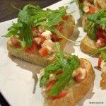 Tomate-Mozzarella Bruschetta mit Rucola