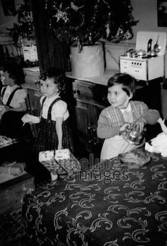 Oh, du schöne Weihnacht! Youlia/Timeline Images #30er #40er #Kinder #Geschenke #auspacken #Festlichkeiten #Freude #Weihnachten #historisch #schwarzweiß #Heiligabend #christmas #Tradition Timeline Images, Painting, Art, Christmas Eve, Christmas, Glee, Monochrome, Nice Asses, Art Background