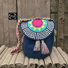 This Pin was discovered by Iré Tapestry Crochet Patterns, Crochet Crafts, Crochet Projects, Crochet Handbags, Knitted Bags, Handmade Design, Purses And Bags, Bag Making, Crochet Pouch