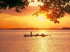 Naviguer le long de la lagune ABY au coucher du soleil. Les beautés d'Assainie.