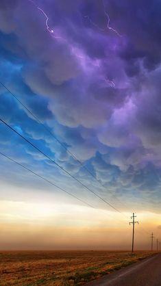 La intensidad de la tormenta despliega una lluvia de colores.