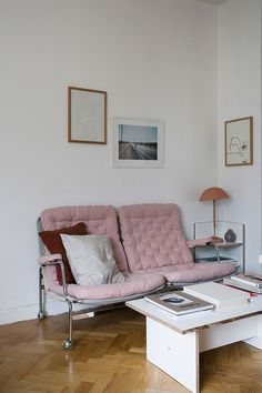 my scandinavian home: A lovely small Swedish space with pastel touches *Lovely apartment. I adore this love seat. I wish I knew who made it. Decor Room, Home Decor Bedroom, Living Room Decor, Living Spaces, Home Interior, Interior Design, Modern Interior, Gravity Home, Compact Living