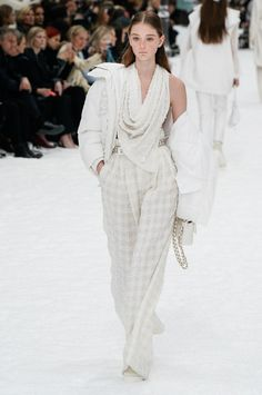 Chanel Fall 2019 Ready-to-Wear collection, runway looks, beauty, models, and reviews.