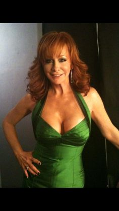 REBA McENTIRE - backstage candid of the green dress from 2010 American Country Music Awards Country Music Awards, Country Music Artists, Country Musicians, Country Women, Country Girls, American Country, Country Female Singers, Reba Mcentire, See Through Dress