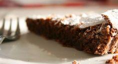 200 g hořké čokolády,100 g másla,150 g cukru,3 vejce,60 g kakaa,3 lž.mléka,špetka soli,cukr na ozdobení.  Postup:Rozpusťte čokoládu ve vodní lázni,přidejte kousky másla. Rozpusťte, odstavte a míchejte do vychladnutí.  •Žloutky a cukr vyšlehejte do pěny a pomalu přilijte rozpuštěnou čokoládu. Přidejte kakao a teplé mléko.   •Bílky s cukrem a solí vyšlehejte do tuhého sněhu a vmíchejte do čokoládové hmoty.Těsto vylijte do vymazané dortové formy a pečte v předehřáté troubě na 180° asi 30 min.