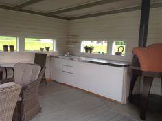 Kjøkken og pizzaovn i sommerhuset