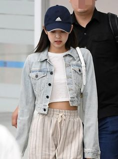 jennie airport fashion BLACKPINK Jennies Fashion Look at Incheon Airport on May 2019 Kpop Outfits, Edgy Outfits, Girl Outfits, Summer Outfits, Blackpink Fashion, Korean Fashion, Fashion Looks, Fashion Outfits, Cropped Denim Jacket Outfit