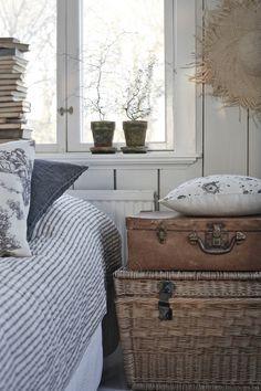 Prachtige landelijke combinatie van die mooi bedsprei en de oude koffers als nachtkastje