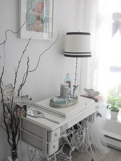 Many of us have a vintage or even antique sewing machine in their home that is dusty and neglected. Here are 60 ideas to upcycle vintage sewing machines into various types of home decor accessories. Sewing Machine Tables, Treadle Sewing Machines, Antique Sewing Machines, Singer Sewing Tables, Sewing Desk, Traditional Bedroom, Machine Design, Recycled Furniture, Home Decor Accessories