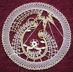 podvinek - Cerca con Google Hairpin Lace, Bobbin Lace Patterns, Lacemaking, Lace Heart, Point Lace, Lace Jewelry, Simple Art, Magazine Art, String Art