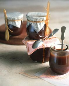 DIY Caramel Bourbon Vanilla Sauce - Like well-written thank-you notes, homemade treats are thoughtful gestures. Caramel bourbon vanilla sauce tastes good over fruit -- or even straight from the jar; cover the top, and secure it with string tied to a smal Diy Gifts In A Jar, Jar Gifts, Food Gifts, Handmade Gifts, Bourbon Sauce, Salsa Dulce, Vanilla Sauce, Martha Stewart Recipes, Chocolate Caliente