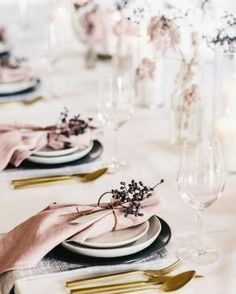 Get inspired to design the holiday table of your dreams with 12 beautiful traditional and modern tablescapes: Rose Gold Christmas Table