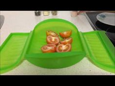 Tomates asados en estuche de vapor Lekue - YouTube Tupperware, Plastic Cutting Board, Healthy Recipes, Healthy Food, Cooking, Kitchen, Youtube, Chic, Microwaves