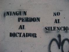 Una muralla de la ciudad de Asunción con un escrito de repudio hacia la dictadura de Alfredo Stroessner (1954 - 1989).