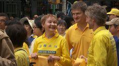 Barbara Schafer se une a un desfile de Falun Gong con otros practicantes en la…