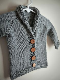 It's been a while since I've last posted…come take a peek at this sweet little baby sophisticate sweater! Ravelry Free Knitting Patterns, Free Childrens Knitting Patterns, Knitting For Kids, Free Pattern, Toddler Cardigan, Cardigan Bebe, Diy Tricot Crochet, Knit Baby Sweaters, Knitted Baby Cardigan