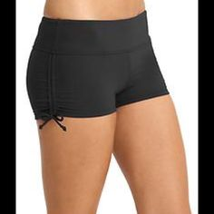 NWT Athleta Scrunch Shorts Black Sz S PRODUCT DETAILS This favorite style has a solid strategy for mixing and matching it up (prints included). INSPIRED FOR: swim/surf/paddle, run, gym/training Ultra-comfortable wide waistband Internal drawstring for a custom fit Adjustable side cinches let you expose more or less leg Versatile for both water and land sports alike #153402 Athleta Shorts