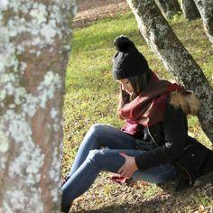 Fall. Fashion photography. Winter look. Beanie look. Parka with fur hood. Black parka look. Autumn landscape. Paisaje de otoño. Foto de moda. Look con parka negra. Look con gorro de punto. Paisajes de Galicia